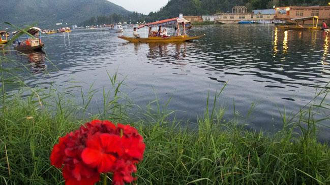 Las praderas, las fuentes y las flores atraen al visitante que llega a Cachemira.