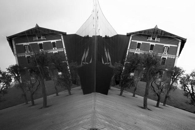 Reflejo duplicado del Museo Crist�bal Balenciaga, en Guetaria, su localidad natal.