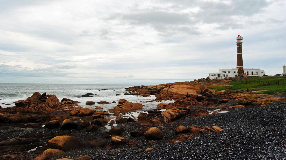El faro de Cabo Polonio, levantado en el año 1881, es uno de los emblemas del pueblo homónimo.