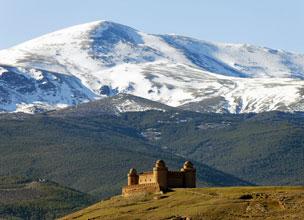 El castillo de Calahorra con las monta�as de Sierra Nevada.