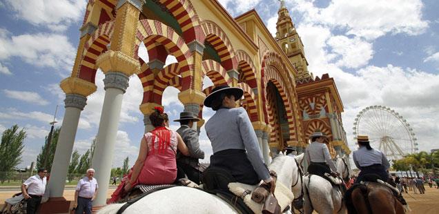 La Feria de C�rdoba luce la mayor portada de Andaluc�a, que representa a la Mezquita, con sus arcos y su alminar.