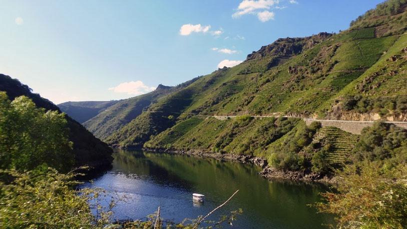 Excursiones en catamarán o en canoa a lo largo del cañón del río Sil.