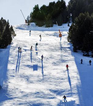 Los esquiadores de la estaci�n de Grandvalira en un momento de relax al sol.