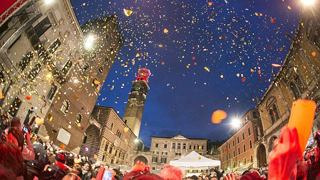 La ciudad italiana de Verona acoge en estos d�as el festival <em>Verona in love</em>, que llena las calles de color rojo pasi�n.