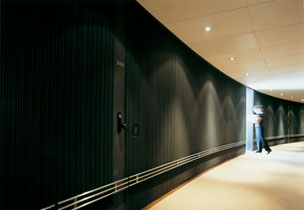 Los pasillos minimalistas, oscuros y en curva del hotel The Halkin by COMO son una de sus se�as de identidad.