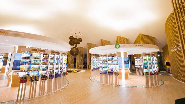 Interior de PANGEA The Travel Store, con mil propuestas viajeras.
