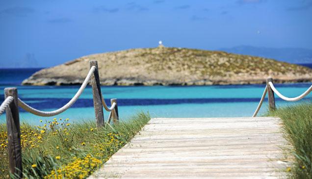 Un camino hacia las aguas turquesa de la isla.