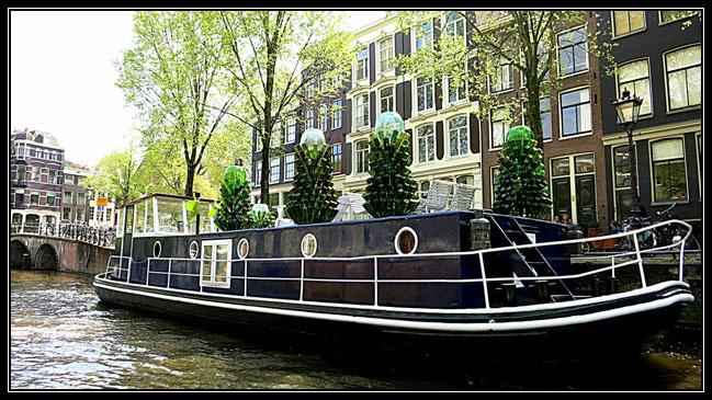 Una casa-barco atracada en Ámsterdam.