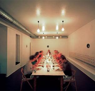 Una de las comidas silenciosas ideadas por la artista finlandesa Nina Backman.