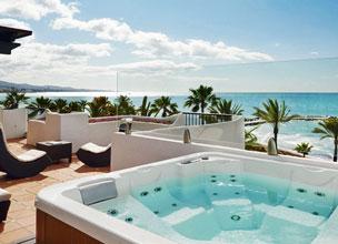Algunas de las villas que rodean la piscina del hotel Puente Romano de Marbella.