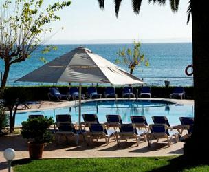 La piscina del hotel se encuentra rodeada de jardines y, a dos pasos, est� el mar.