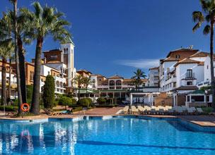 Vista de la zona externa del hotel, con construcciones al estilo tradicional de los pueblos andaluces de anta�o.