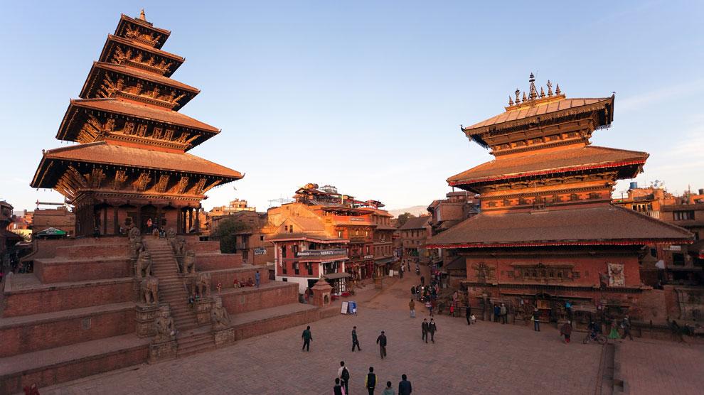 La plaza de Taumadhi, donde se alza el templo más alto de Nepal (a la izquierda). Foto: Shutterstock