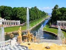 aunque el palacio de peterhof no desmerece una visita sus jardines del palacio reciben a los viajeros con una enorme cascada de oro